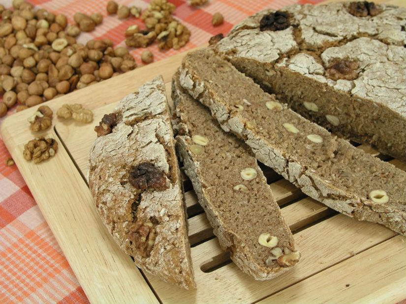 Kruh s orasima i lješnjacima