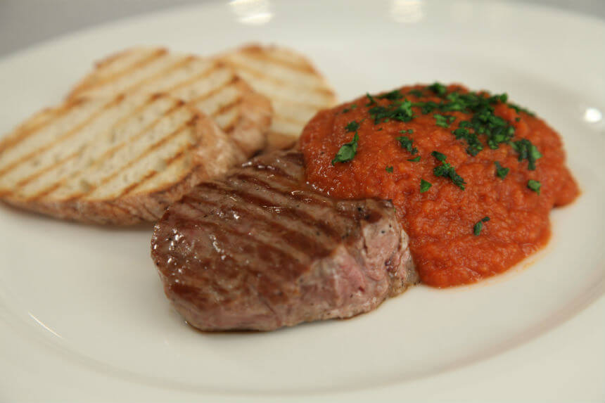 Ramstek s grila s pikantnim umakom od rajčice - Fini Recepti by Crochef