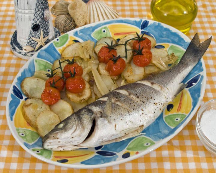 Brancin u pećnici s mladim krumpirom i mini rajčicama - Fini Recepti