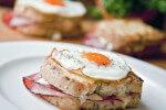 Croque Madame ili sendvič s bešamelom, šunkom, sirom i jajem