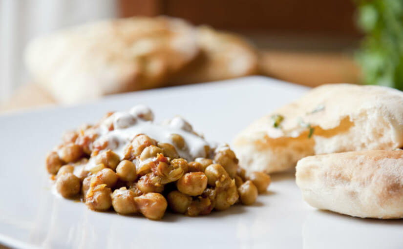Curry od slanutka s naan pecivom