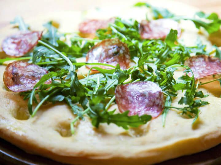 Focaccia od krumpira s rukolom i salamom - Fini Recepti by Crochef