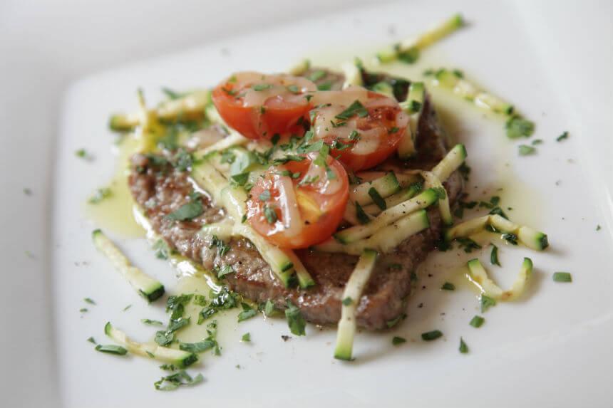 Gratinirani juneći odresci s tikvicama i mini rajčicama - Fini Recepti by Crochef