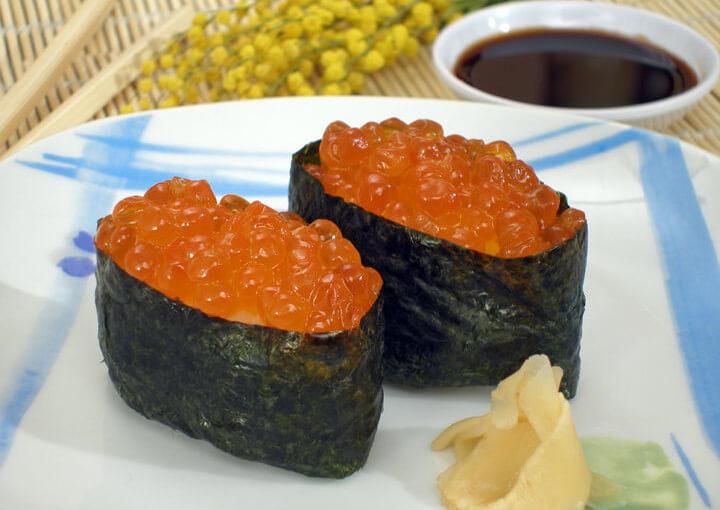 Gunkan nigiri sushi s ikrom od lososa