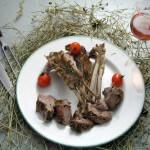 Janjeći kare s mediteranskim travama pečen u sijenu