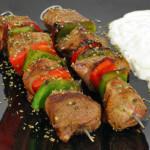 Souvlaki (janjeći ražnjići) sa salatom tzatziki