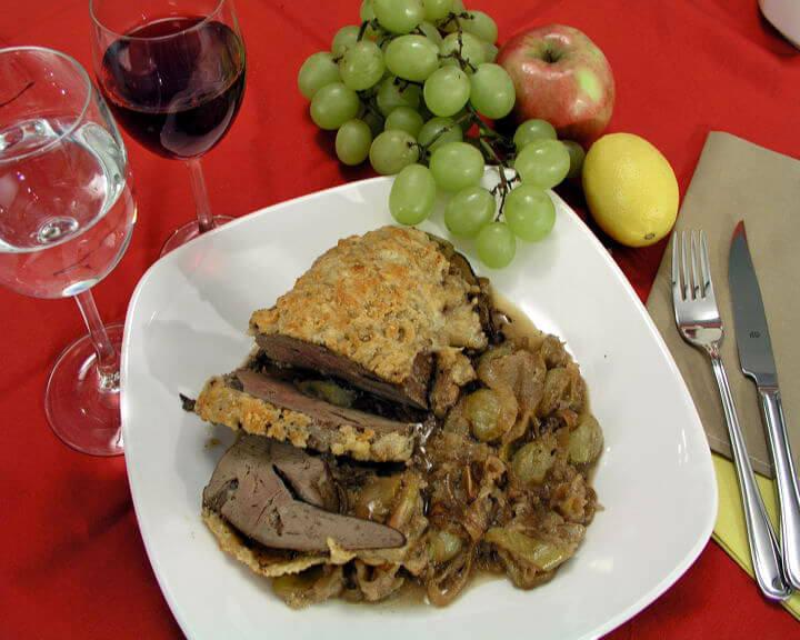 Jetreno pečenje s limunom, jabukama i grožđem