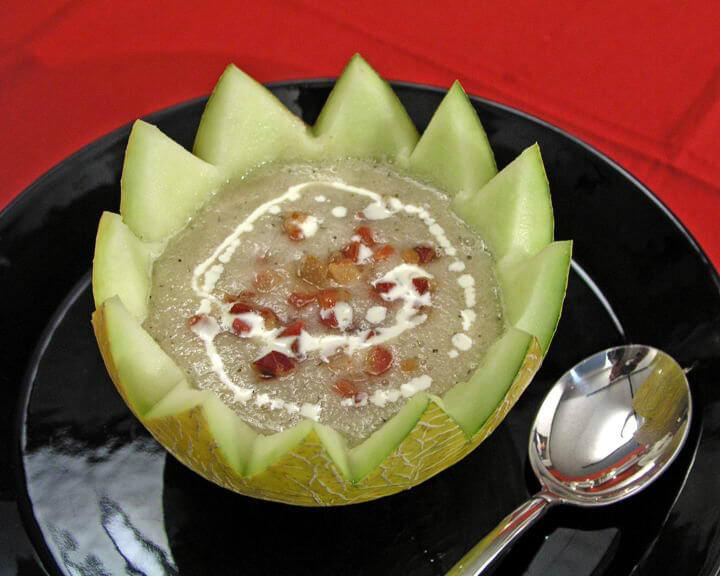 Hladna juha od dinje s prženim kockicama pancete
