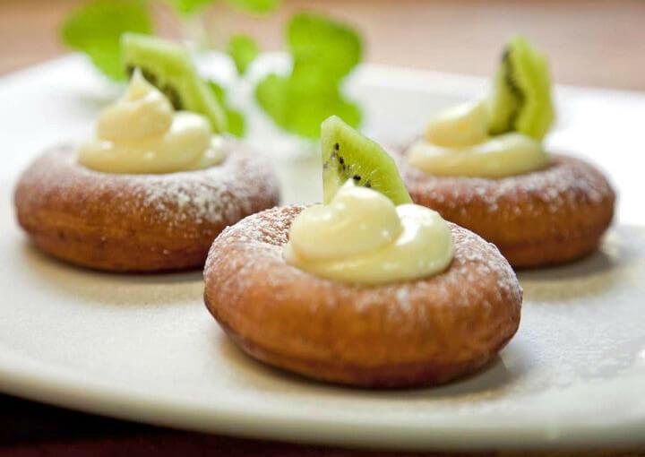 Američke krafne (donuts) s pudingom od vanilije i kivijem