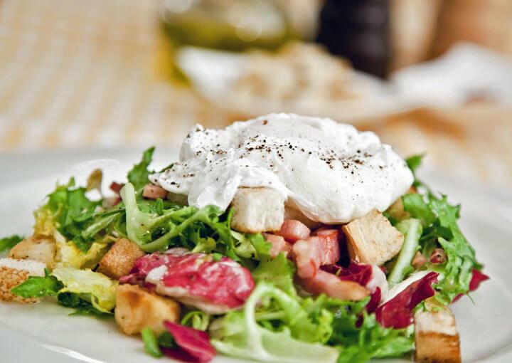 Lionska salata s poširanim jajima