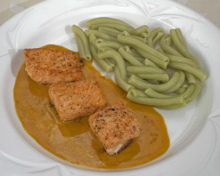 Losos u umaku od šafrana sa zelenim rezancima - Fini recepti