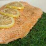 Pečeni marinirani losos sa špinatom
