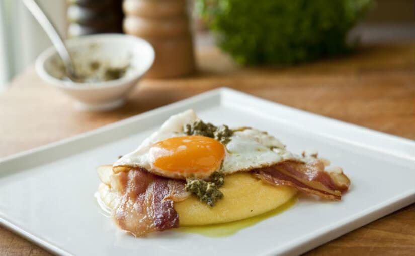 Palenta s pancetom, jajima i umakom pesto genovese