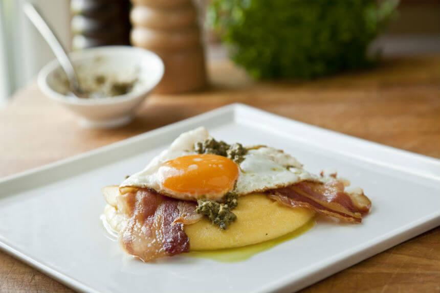 Palenta s pancetom, jajima i umakom pesto genovese - Fini Recepti by Crochef