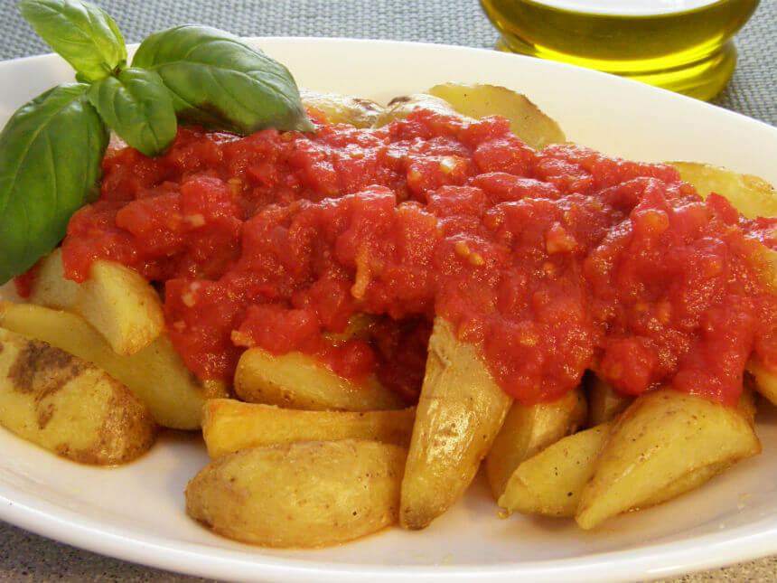 Pikantni pekarski krumpir u umaku od rajčcie - Fini Recepti