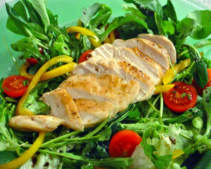 Pileći file na salatu