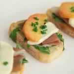 Prepečenac s pršutom, breskvama i mozzarellom - Fini Recepti by Crochef