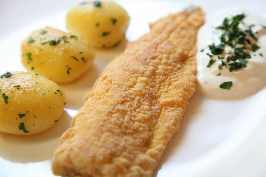 Pržene pastrve s mladim krumpirom i umakom od vrhnja - Fini Recepti by Crochef