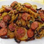 Prženi krumpir s kobasicama i sušenim rajčicama