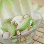 Salata od jabuka, celerove stabljike i rotkvica