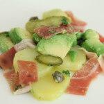 Salata od krumpira s pršutom i avokadom