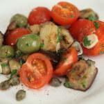 Salata od patlidžana, mini rajčica i maslina