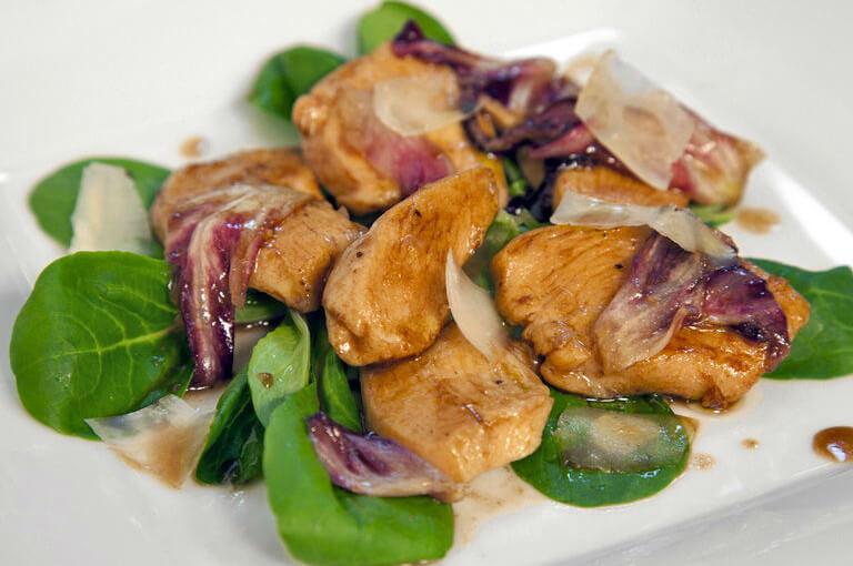 Topla salata s pilećim prsima i uljem od tartufa