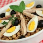Salata od skuše, jaja i slanutka