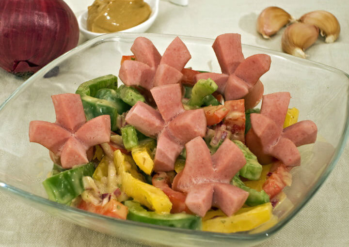 Salata od paprika i hrenovki