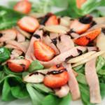 Salata s purećom šunkom, šparogama i jagodama
