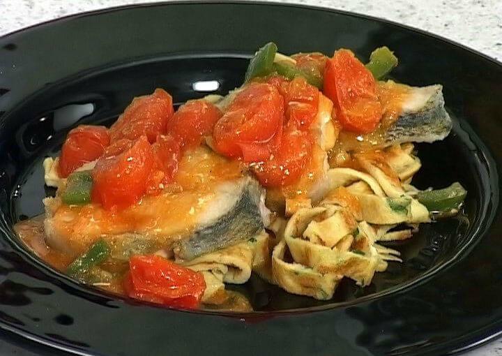 Smuđ u šarenom povrću na rezancima od palačinke