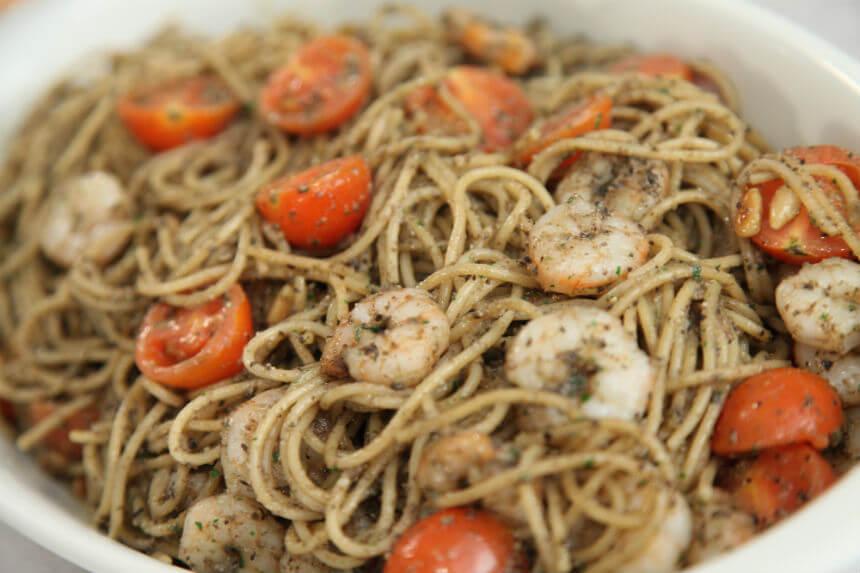 Špageti s repovima morskih kozica i peštom od crnih maslina - Fini Recepti by Crochef