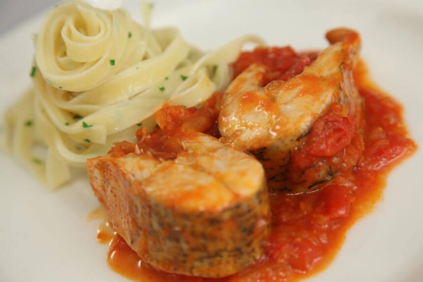 Štuka s rezancima u umaku od rajčica - Fini Recepti by Crochef