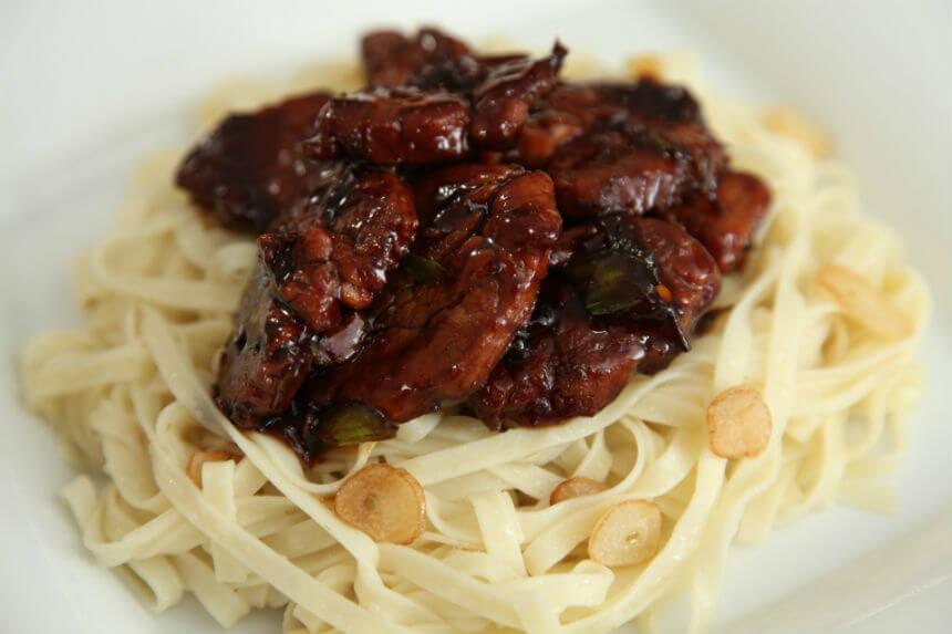 Svinjetina na rezancima s češnjakom - Fini Recepti by Crochef