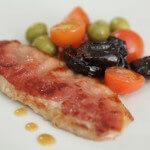 Svinjski odresci s pršutom, suhim šljivama i povrćem - Fini Recepti by Crochef