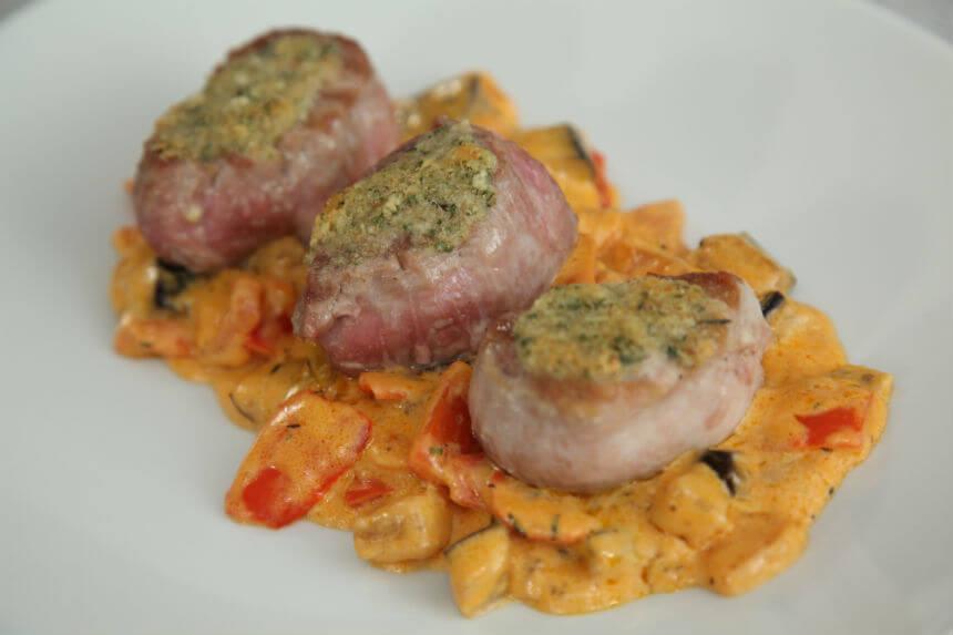 Svinjski medaljoni na posteljici od povrća - Fini Recepti by Crochef