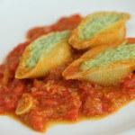 Nadjevene conchiglie s umakom od rajčica i inćuna