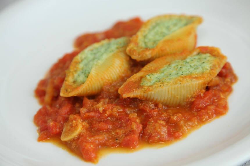 Nadjevene conchiglie s umakom od rajčica i inćuna - Fini Recepti by Crochef