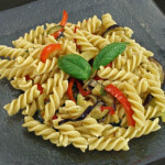 Izdašna salata od pirjanog povrća i integralne tjestenine