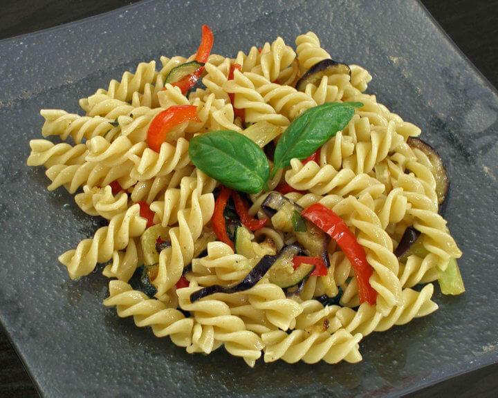 Izdašna salata od pirjanog povrća i integralne tjestenine - Fini recepti