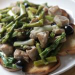 Topla salata s puretinom, šparogama i mladim lukom