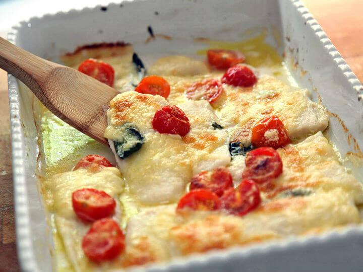 apečeni file bijele ribe s rajčicom i mozzarellom