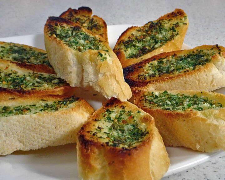 Zapečeni kruh s pikantnim namazom od finih začina