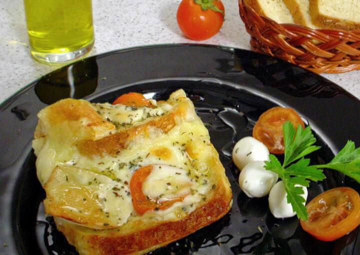 Zapečeni kruh s više vrsta sira