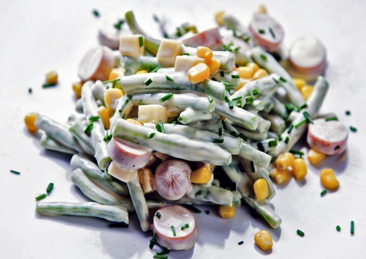 Salata od mahuna s kukuruzom i hrenovkama