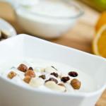 Fina mliječna užina s orašastim plodovima i sušenim voćem