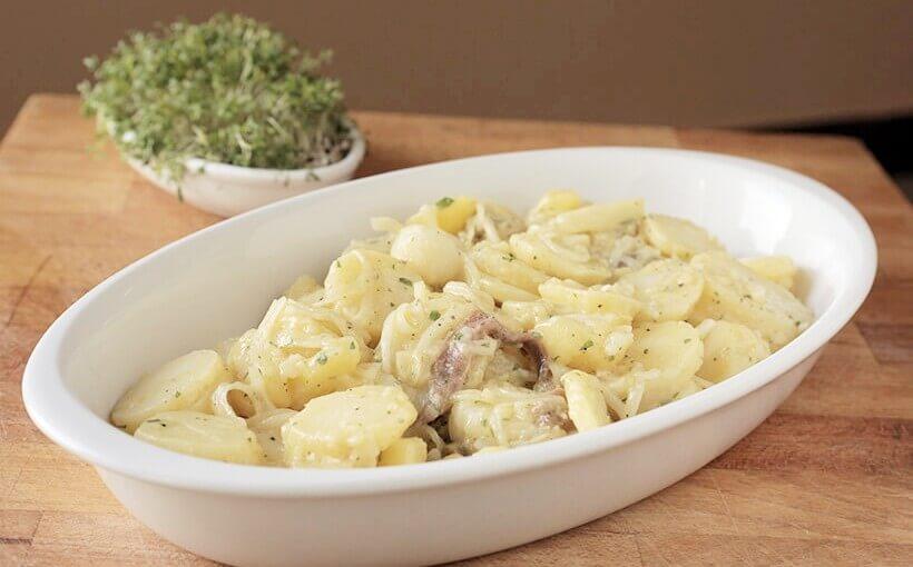 Krumpir salata s inćunima, lukom i kaparima