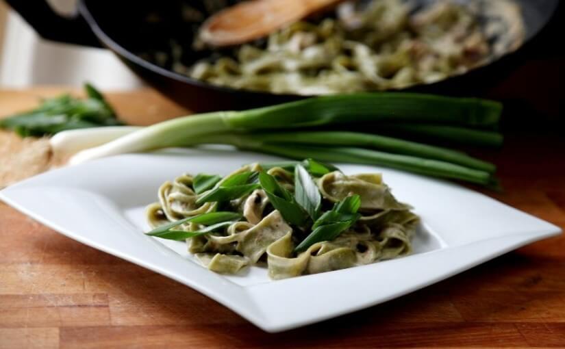 Shiitake gljive sa svježim zelenim rezancima