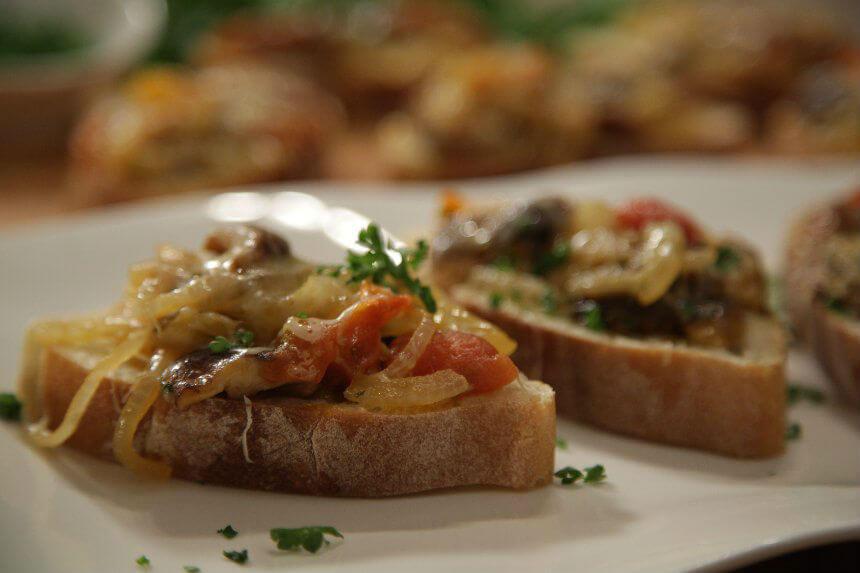 Fine bruschette s gljivama, rajčicom i sirom