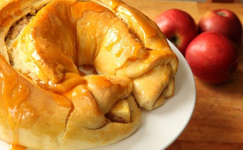 Nadjeveni uskršnji vijenac s jabukama, lješnjacima i grožđicama